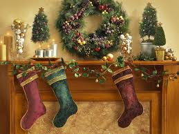 Learn to decorate your fireplace mantel for Christmas