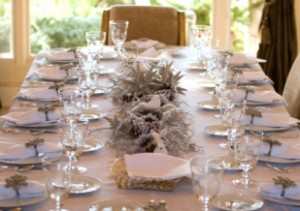Use white and silver to decorate the Christmas table