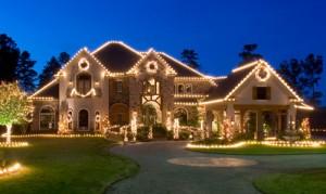 Instalação de luzes de Natal ao longo da linha do telhado