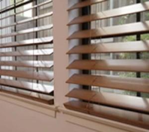 Limpieza de persianas y persianas de madera